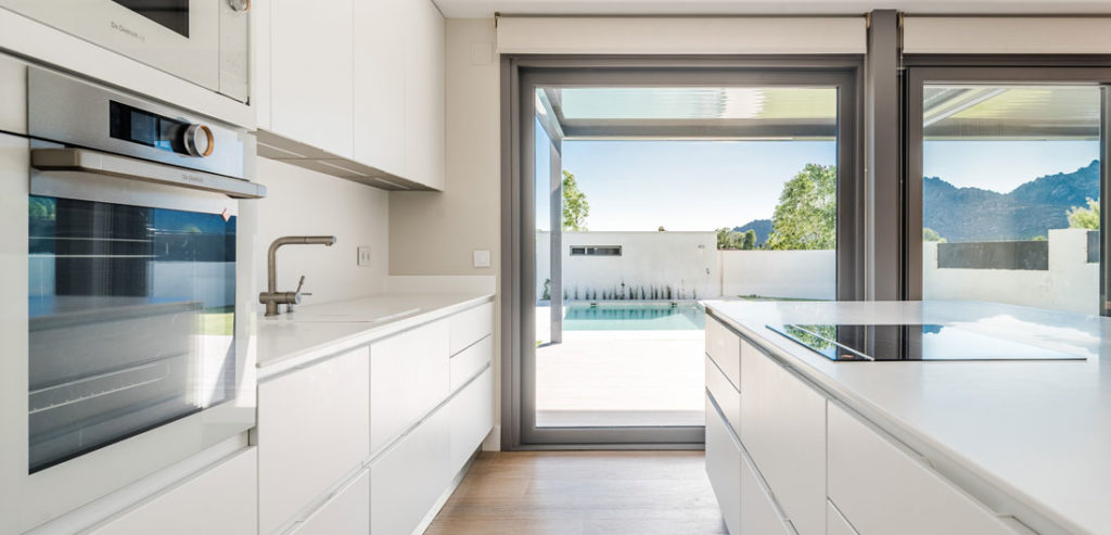 Detalle puerta corredera del porche casa pasiva