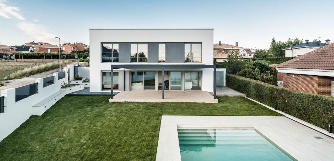Vista exteruir casa pasiva con ventanas Finstral
