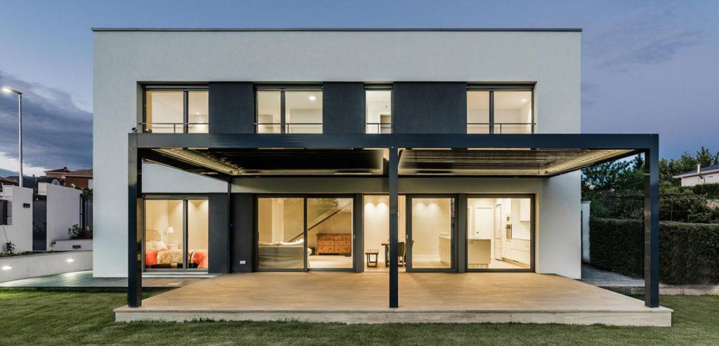 Detalle de la fachada casa pasiva con ventanas y puertas Finstral