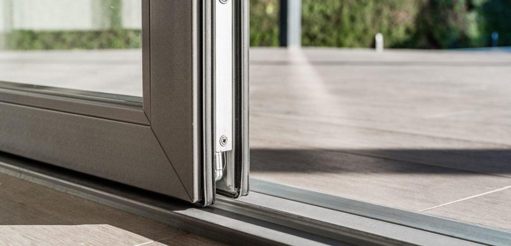 Detalle de puerta corredera para casa pasiva
